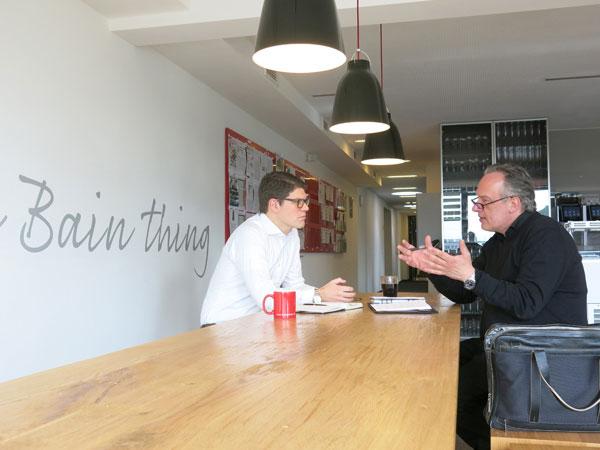 Inside Bain: Wie läuft das Auswahlverfahren bei Bain & Company ab? junior//consultant-Chefredakteur Nicolai Haase begleitete einen Bewerbertag bei der internationalen Managementberatung.