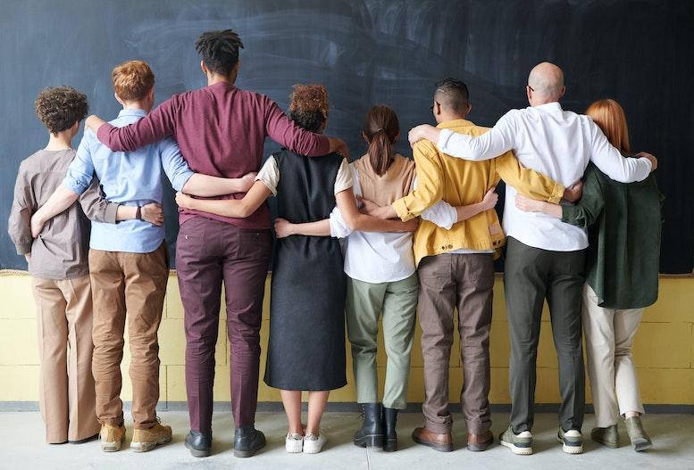 """""""Neue Mitarbeiter*innen erwarten diverse Teams, Flexibilität und Förderung – das soll auch nach außen repräsentiert werden."""" Foto von fauxels von Pexels"""