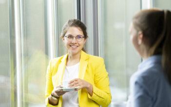 """""""Da ich mich mit thyssenkrupp verbunden fühle und mich im Unternehmen gut aufgehoben gefühlt habe, wollte ich gerne intern wechseln"""": Helen Dietrich, Project Manager bei thyssenkrupp Management Consulting"""