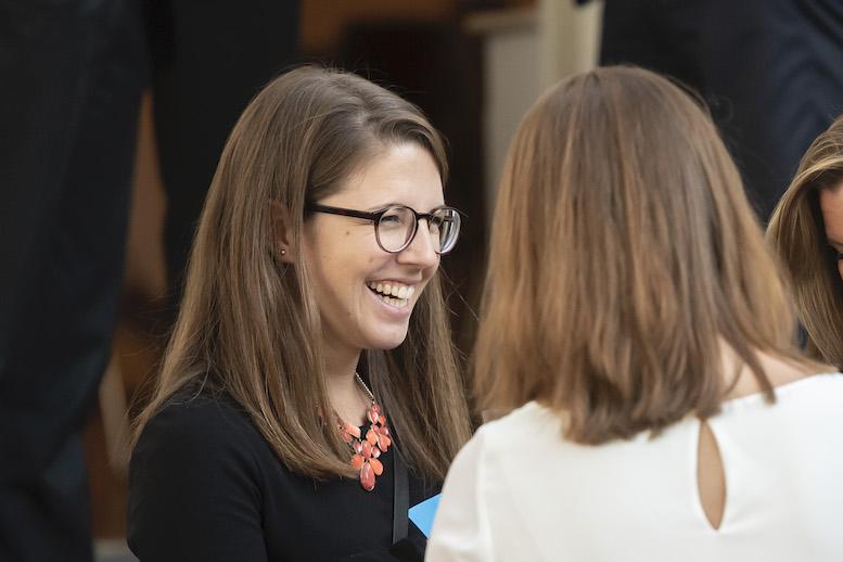 Mit ehemaligen Kolleg:innen im Gespräch: Helen Dietrich auf dem jährlichen Alumni-Event von TKMC