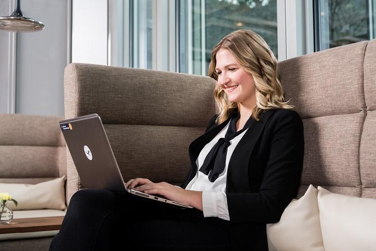 """Nach eigenem Bekunden ist Isabel Kiefers Schreibtisch ein beliebter Treffpunkt für Kollegen, denn """"eine meiner Macken ist, dass ich immer etwas zum Naschen da haben muss"""""""