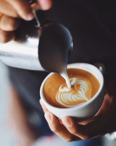 Der kaffeekochende Praktikant