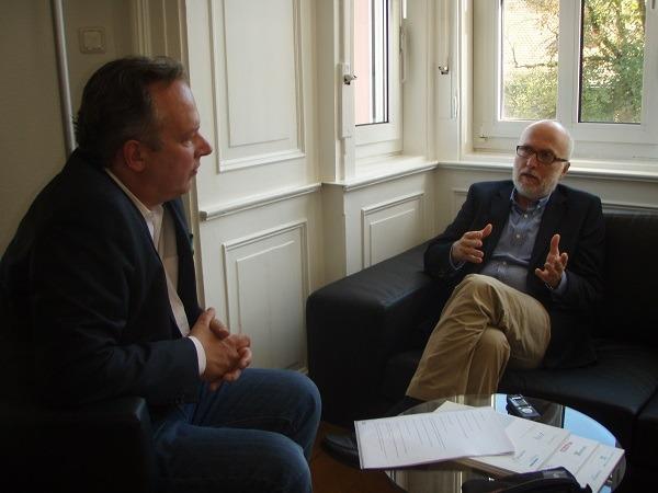Thomas Lünendonk im Gespräch mit Nicolai Haase (im Bild links), Chefredakteur des Fachmagazins junior//consultant.