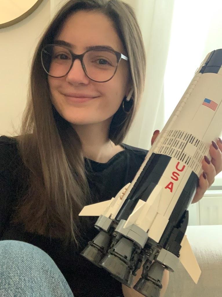 Ein Hauch von Nerd: Melanie Krawina mit der NASA Apollo Saturn V-Rakete von Lego