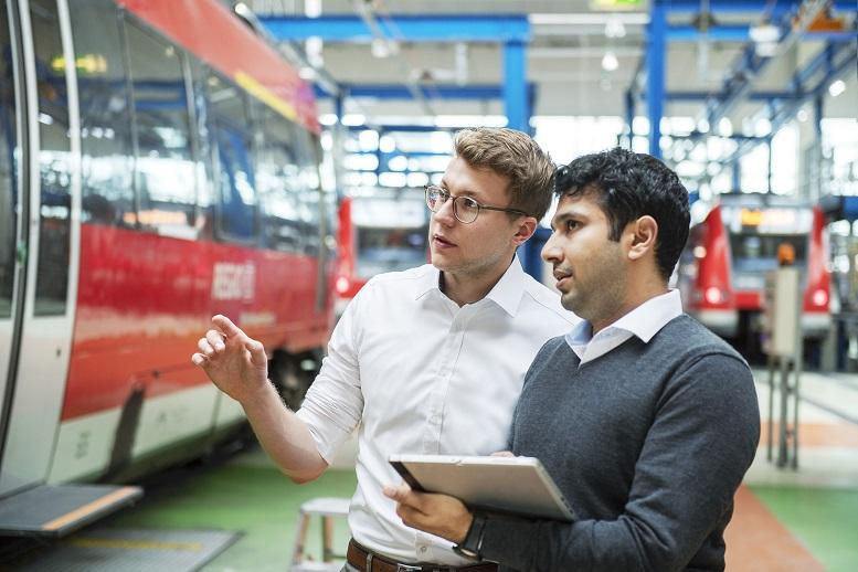 Beratung auf der Arbeitsebene:Vielfältige Aufgaben warten auf jungeConsultants wie Rasmus Kolb (links)