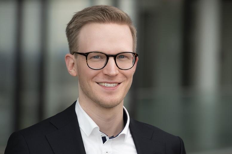 Nach einer Ausbildung bei der ehemaligen Unternehmenstochter thyssenkrupp Nirosta und einem Praktikum bei TKMC schloss sich Rene Mäurer 2019 fest der Inhouse Beratung des thyssenkrupp Konzerns an