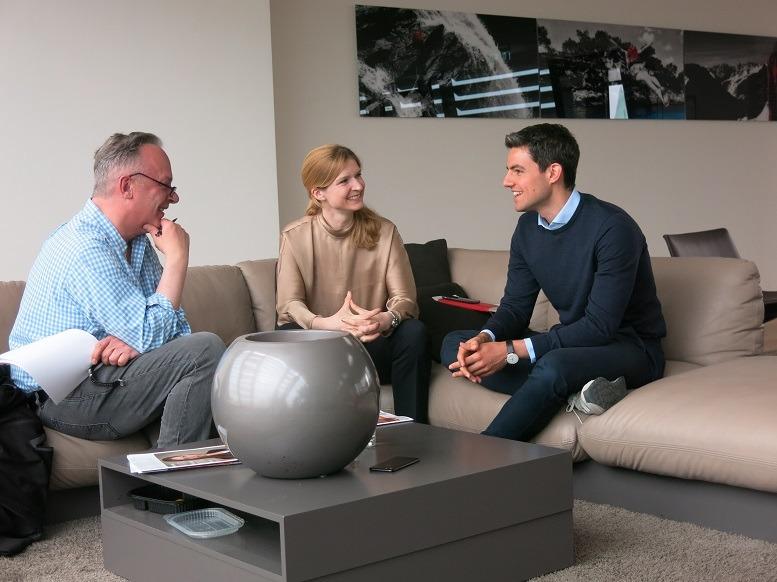 Zwei Bainies im Gespräch mit Nicolai Haase von junior //consultant: Silvia Bergmann hat Betriebswirtschaftslehre an der Handelshochschule Leipzig studiert und ist seit 2006 bei Bain. Max Keinert hat Wirtschaftsingenieurwesen in Karlsruhe studiert und ist 2017 fest eingestiegen.