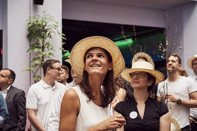 Gut behütete BeraterInnen auf dem diesjährigen Sommerfest von Cofinpro