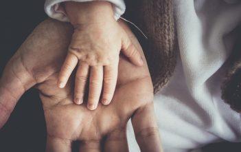 Wichtig für junge Mütter und Väter:Zeit und Raum, um die Bindung zu festigen. Bild von skalekar1992 auf Pixabay