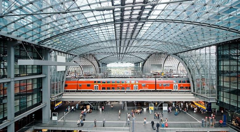 Blick in die Bahnsteighalle Berlin Hbf Nathalie Edelmann Praktikum DB MC