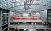 Blick in die Bahnsteighalle des Berliner Hauptbahnhofs