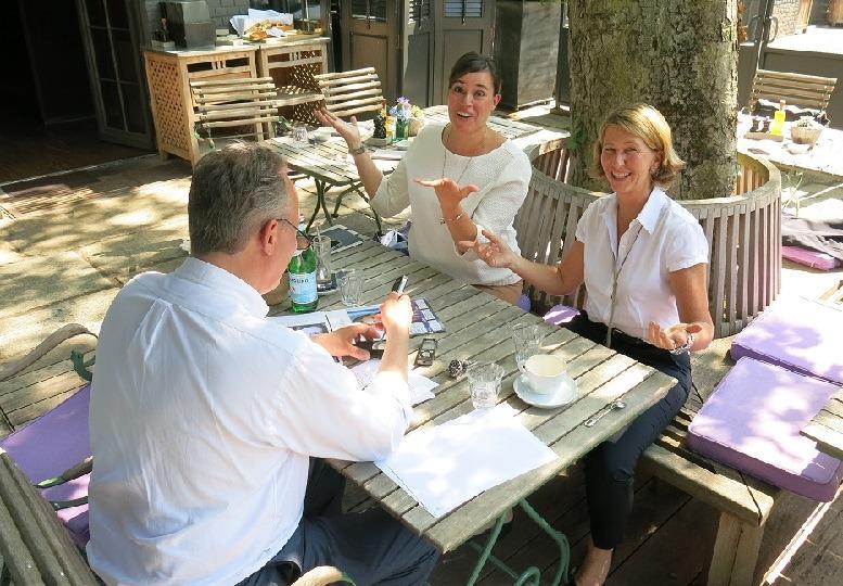 Nicolai Haase von junior//consultant mit Jana Koch und Sabine Müller von DHL Consulting