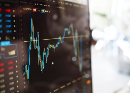 """Manager-Barometer Sonderbefragung """"Corona"""": Führungskräfte befürchten Restrukturierungen und Stellenabbau"""