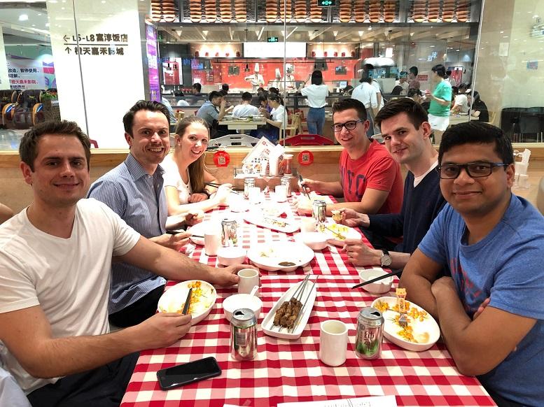 Linda Breulmann beim Dinner mit Kollegen im chinesischen Zhongshan
