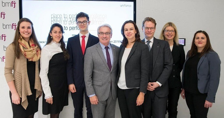 Pressekonferenz 2017 von Place to Perform - Steinwender, P. Brezovec, I. Vuckovic (alle uniforce Consulting GmbH), Dipl.-Ing. Dr. G. Pölzl (Österreichische Post AG), Dr. S. Karmasin (Bundesministerium Für Wirtschaft, Familie und Jugend), Mag. S. Szyszkowitz (EVN AG), Mag. E. Brandner-Richter (EY Careers Österreich), S. Janoschek, (Fritz Egger GmbH & Co. OG)